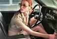 Дама в очках и с ружьем в автомобиле 4