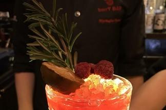 Рецепт коктейля от «Berry Bar»: Малиново-финиковая кайпиринья