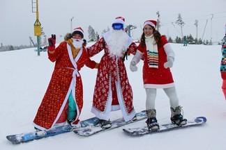 Бум Дедов Морозов: полсотни сноубордистов устроили флешмоб на Уктусе