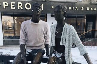 Организаторы фестиваля «Теплый бульвар» утеплили пикачу и влюбленную пару в Екатеринбурге