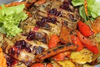 Рецепт от шефа бара «Баррель»: свиная шейка с овощами