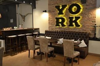 Столик у камина, живой блюз, стейк «Йорк» и другие атрибуты старой Америки в «York Grill House»