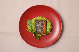Рецепт от шефа «Влади бар»: спинка семги с пюре из зеленого горошка