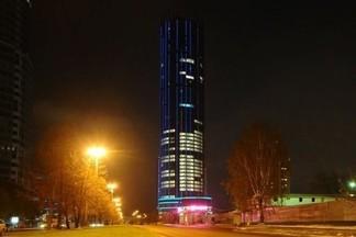 """Ночной город – это отдельная жизнь: в столице Урала включили подсветку на башне """"Исеть"""""""
