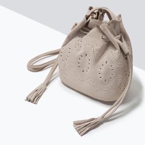 Сумка ZARA Кожаная мини сумка-мешок с ажурным узором - фото 4