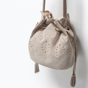 Сумка ZARA Кожаная мини сумка-мешок с ажурным узором - фото 5