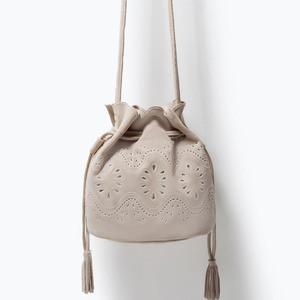Сумка ZARA Кожаная мини сумка-мешок с ажурным узором - фото 1