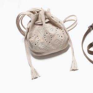 Сумка ZARA Кожаная мини сумка-мешок с ажурным узором - фото 7